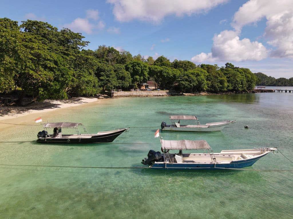 Gapang beach with speedboats